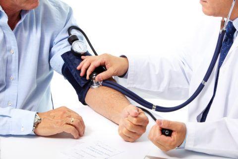 Для каждого человека существуют свои нормы артериального давления, при отклонении которых он испытывает головокружение, шум в ушах, тошноту, рвоту и головную боль.