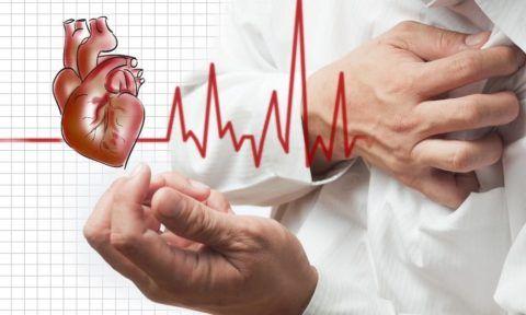 Первый признак заболевания – боль слева в области грудной клетки.