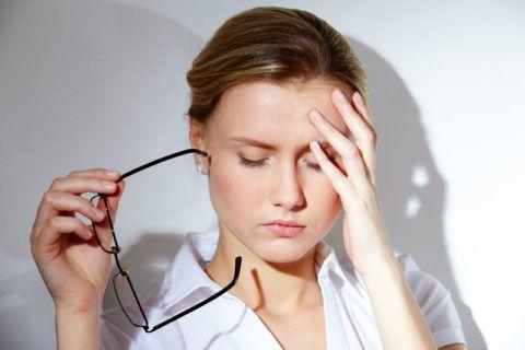 Помутнение зрения и «мушки» в глазах – одно из специфических проявлений недуга