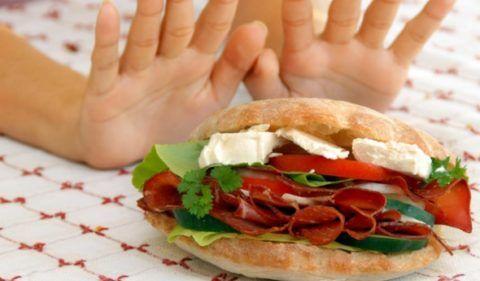 Рекомендуется отказаться от пищи, богатой холестеролом