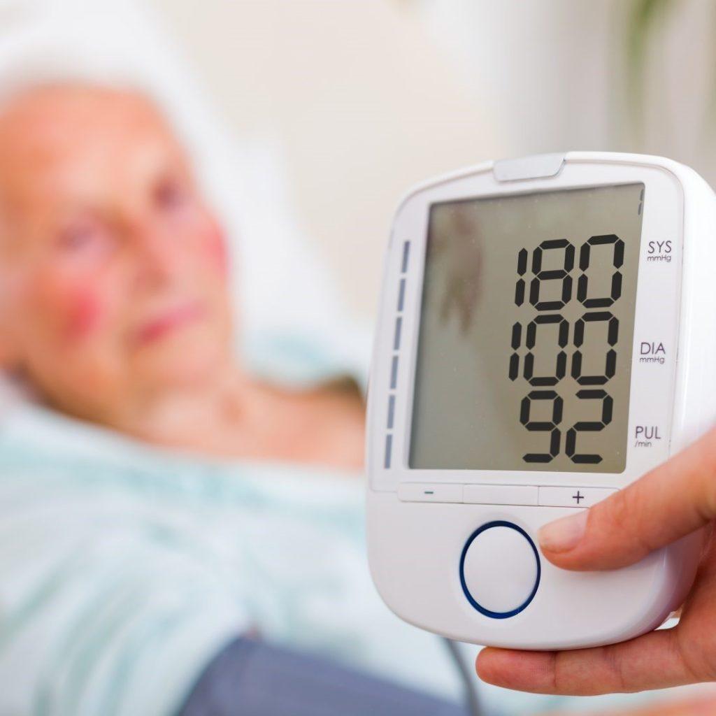 Высокие цифры АД — показательный симптом артериальной гипертензии