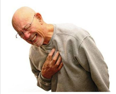 Боль в области сердца и нехватка воздуха — одни из основных симптомов патологии