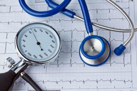 Кровяное давление измеряется аппаратом – тонометром с использованием фонендоскопа. На фото инструмент для ручного измерения АД. Бывают автоматические тонометры.