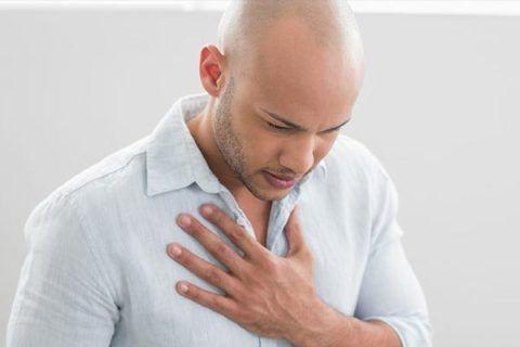 Ноющая боль с левой стороны груди.