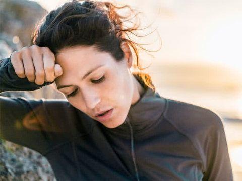 Одним из главных симптомов является сильная одышка