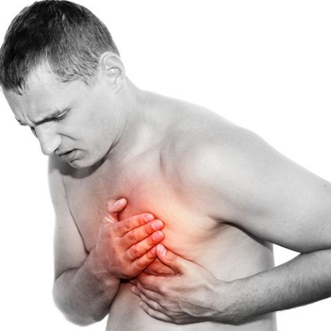 Одним из наиболее частых симптомов является чувство усиления сердцебиения и возникновение боли.