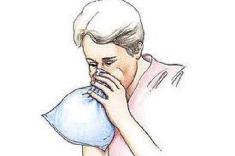 При первых признаках панической атаки рекомендуется приложить ко рту бумажный пакет и сделать 3-5 дыхательных движений