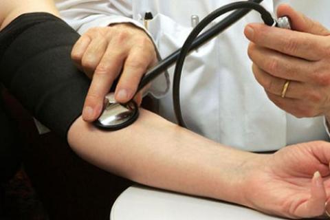 Во время купирования ГК врач обязательно мониторит АД каждые 5-7 минут
