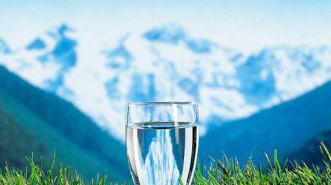 Вода предотвращает сгущение крови и облегчает работу сердечной мышцы.