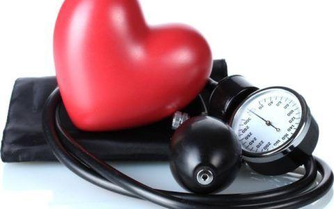 Артериальная гипертензия может быть вызвана сердечными патологиями.