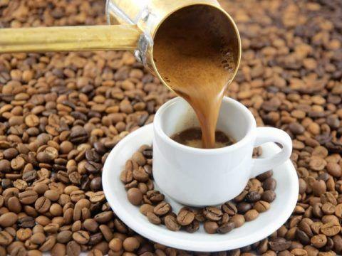 Чашка натурального заварного кофе поможет нормализировать пониженное давление.