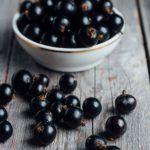 Черная смородина обладает эффектом антиоксиданта и укрепляет сосуды