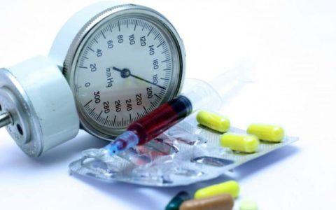 Мочегонные средства выводят излишки воды из организма и снижают АД.