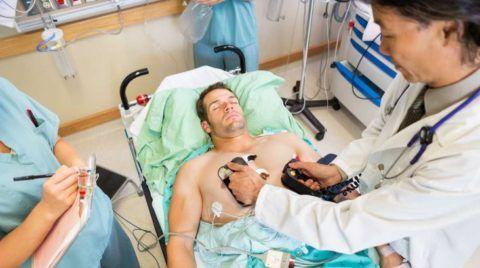 Электроразряды дефибриллятора для запуска сердца
