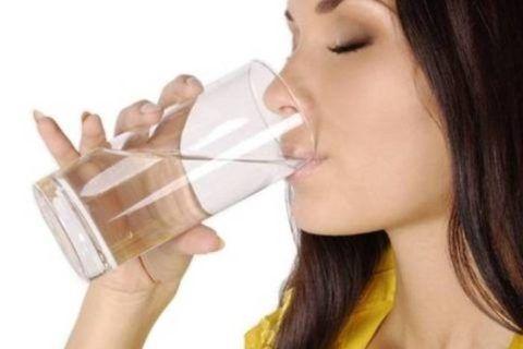 Коктейль из настоек выпивают со стаканом воды