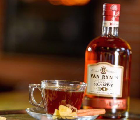 На стакан чая достаточно взять всего ложку коньяка