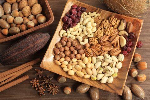 Орехи (особенно полезны миндаль, грецкие и кедровые)