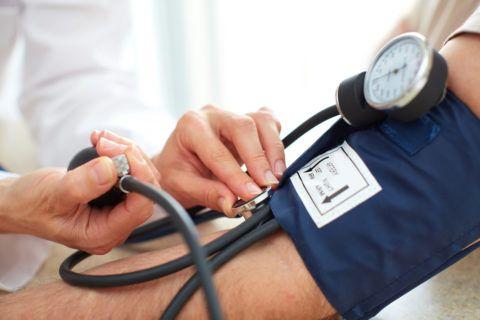 Во время измерения давления врачи пользуются стетоскопами