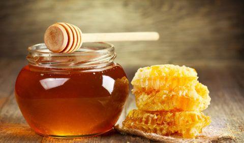При наличии сердечных патологий сахар необходимо заменить на натуральный мед.