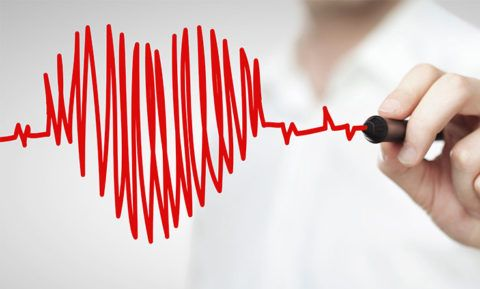 При патологиях ССС сбой ритма сердечной мышцы сопровождается дополнительной симптоматикой.