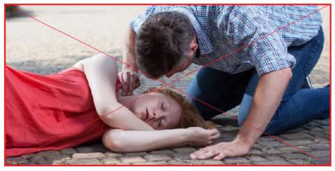 Алгоритм оказания помощи начинается не с пальпации пульса, а с прослушивания дыхания