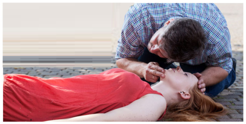 Проверка наличия дыхания с помощью зрения, слуха и тактильного ощущения кожей щеки