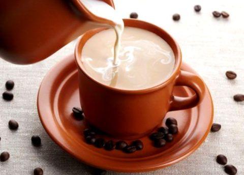 Молоко разбавляет кофе, поэтому в таком случае действие активных компонентов уменьшается