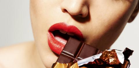 Молодым людям выйти из депрессии поможет 20 г горького шоколада в течение 20 дней