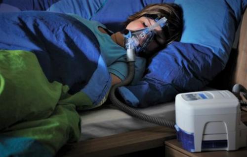 Аппарат для СИПАП-терапии, нагнетающий кислород в легкие